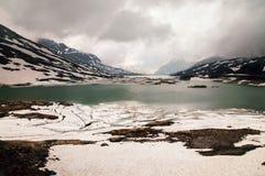 Lago Bianco met sneeuwbergen en groen water in meer, Bernina-pas, Zwitserland stock foto's