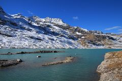 Lago Blanc turquoise e alte montagne Fotografie Stock