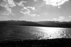 Lago blanco y negro imagenes de archivo