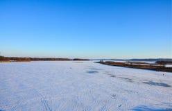 Lago bloccato dal ghiaccio nel giorno di inverno immagini stock