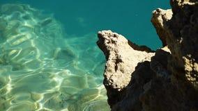 Lago blu che si increspa nel vento stock footage