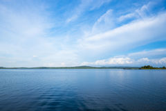 Lago blu con il chiaro cielo Immagini Stock Libere da Diritti