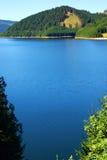 Lago blu con il tesoro d'argento Immagini Stock