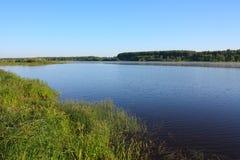 Lago blu del primo mattino Fotografie Stock