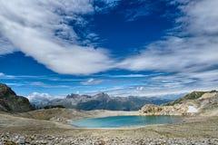 Lago blu delle alte montagne di estate Immagini Stock