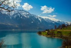 Lago blu dentro con le montagne ricoperte neve Immagini Stock Libere da Diritti
