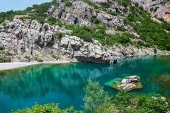 Lago blu di cristallo della montagna con le rocce Fotografie Stock