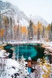 Lago blu fantastico del geyser nella foresta Altai, Russia di autunno fotografia stock libera da diritti