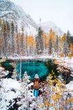 Lago blu fantastico del geyser nella foresta Altai, Russia di autunno immagine stock