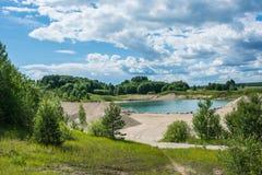 Lago blu, giorno soleggiato luminoso Fotografie Stock Libere da Diritti