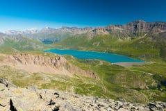 Lago blu high altitude, diga sulle alpi francesi italiane Vista espansiva da sopra, chiaro cielo blu Immagini Stock Libere da Diritti
