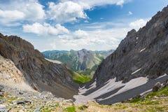 Lago blu high altitude nell'ambiente non contaminato idilliaco coperto una volta dai ghiacciai Avventure ed esplorazione di estat fotografia stock libera da diritti