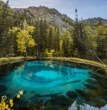 Lago blu insolito nella regione dell'Altai Fotografia Stock Libera da Diritti