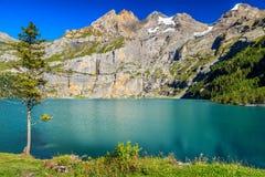Lago blu meraviglioso con le alte montagne ed i ghiacciai, Oeschinensee, Svizzera Fotografia Stock