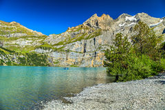 Lago blu meraviglioso con le alte montagne ed i ghiacciai, Oeschinensee, Svizzera Fotografia Stock Libera da Diritti