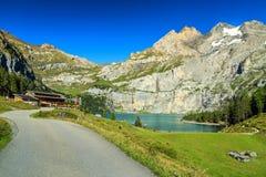 Lago blu meraviglioso con le alte montagne ed i ghiacciai, Oeschinensee, Svizzera Immagini Stock Libere da Diritti