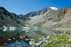 Lago blu nelle montagne Immagine Stock