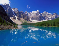 Lago blu nelle montagne Fotografie Stock Libere da Diritti