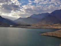 Lago blu nelle montagne, nebbia blu, nuvole fotografie stock