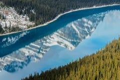 Lago blu vibrante Peyto con la riflessione del canadese Rocky Mounta fotografia stock