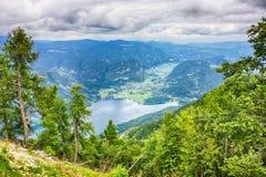 Lago Bohinj circondato dalle montagne del parco nazionale di Triglav vista dalla stazione della cima della cabina di funivia di V Fotografie Stock
