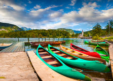 Lago Bohinj con le barche e chiesa di St John il battista Immagine Stock Libera da Diritti