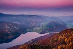 Lago Bohinj de Vogel en la puesta del sol imagenes de archivo