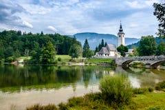 Lago Bohinj e a igreja no ev Laz do  de RibÄ, Eslovênia Fotografia de Stock