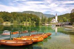 LAGO BOHINJ, SLOVENIA - 10 SETTEMBRE 2012: Lago Bohinj con la chiesa di St John il battista nei precedenti Immagine Stock Libera da Diritti