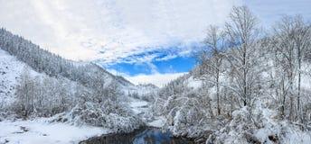 Lago bonito Amut em montes do taiga em Extremo Oriente de Rússia ao princípio de outubro Montanha no inverno Natureza bonita snow Imagem de Stock Royalty Free