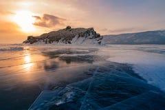 Lago bonito da água do gelo de Baikal Sibéria com rocha e céu do por do sol imagens de stock royalty free