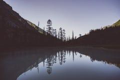 Lago bonito da montanha com kucherlinskoe de turquesa Água clara na república Sibéria Rússia de Altai Paisagem da montanha da noi fotografia de stock