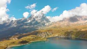 Lago bonito da montanha perto de Matterhorn filme
