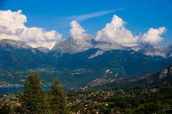 Lago bonito de Annecy nos cumes franceses fotografia de stock