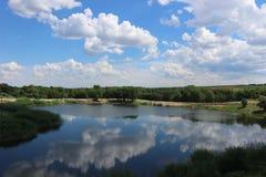 Lago bonito do país no meio-dia do ` s do verão Muito quente ao redor Foto de Stock