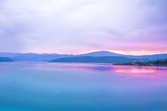 Lago bonito e calmo na manhã Fotos de Stock Royalty Free