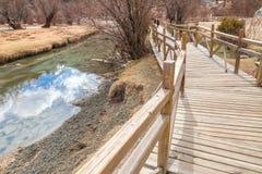 Lago bonito e passagem de madeira em Yading Imagens de Stock Royalty Free