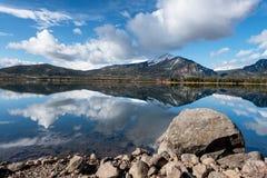 Lago bonito em Colorado com reflexões das nuvens Foto de Stock Royalty Free