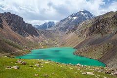 Lago bonito em montanhas de Tien Shan, Kirgizstan Imagem de Stock
