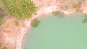 Lago bonito em uma cratera com ?gua de turquesa Tiro do helic?ptero filme
