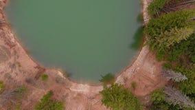 Lago bonito em uma cratera com ?gua de turquesa Tiro do helic?ptero video estoque