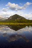 Lago bonito no parque nacional de Banff, Canadá imagens de stock royalty free