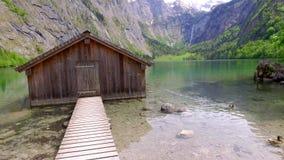 Lago bonito Obersee da montanha com casa de campo de madeira, cumes vídeos de arquivo