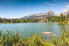 Lago bonito Strbske Pleso em Tatras alto de Eslováquia foto de stock royalty free