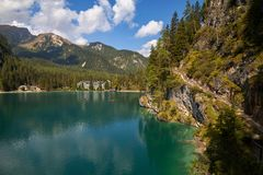 Lago Braies, Lago di Braies, cumes da dolomite, Belluno, Itália imagens de stock royalty free