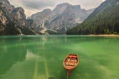Lago Braies em montanhas em um dia nebuloso, alto de Dolomiti de Trentino Imagem de Stock