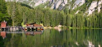 Lago Braies en dolomía Fotografía de archivo