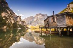 Lago Braies - Lago di Braies Montañas de las dolomías, Italia Imagenes de archivo