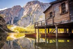Lago Braies - Lago di Braies Montañas de las dolomías, Italia Fotografía de archivo libre de regalías