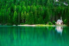 Lago Braies in montagne delle dolomia Fotografia Stock